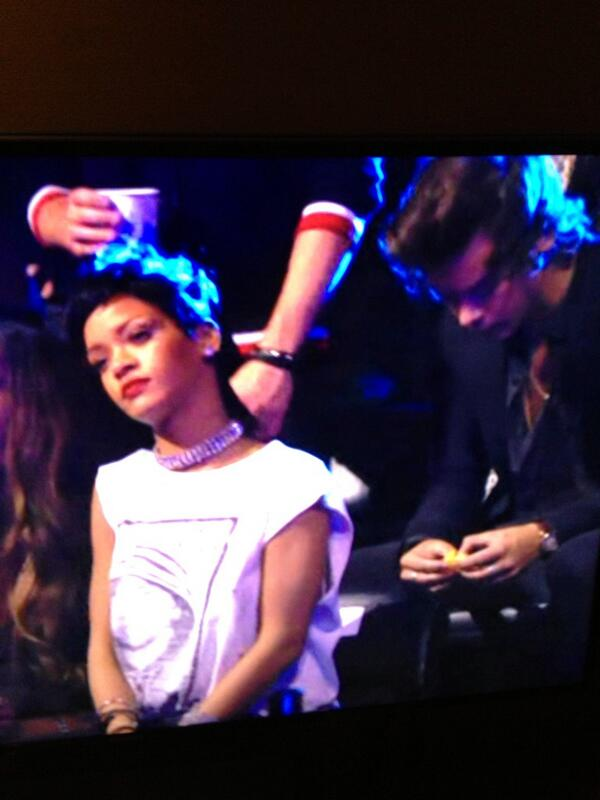 Just watching drakes performance at vmas , so sick! But Harry had other ideas  I'm afraid! Eating oranges ! http://t.co/BhTpc6CvvU