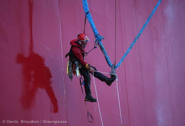 Today, brave activists went back to the very same #Arctic rig, to confront it once again. @Greenpeace @savethearctic http://twitter.com/kuminaidoo/status/380257766482268160/photo/1