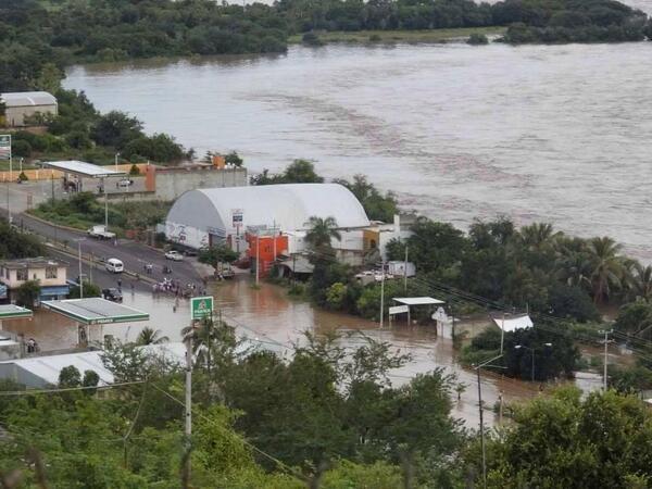 @kmiret #GuerreroNoSoloesAcapulco Coyuca d Cat. Ajuchitlán Tlapehuala, Gro. bajo el agua, sin víveres e incomunicados http://twitter.com/rcghistorias/status/380309604342583296/photo/1