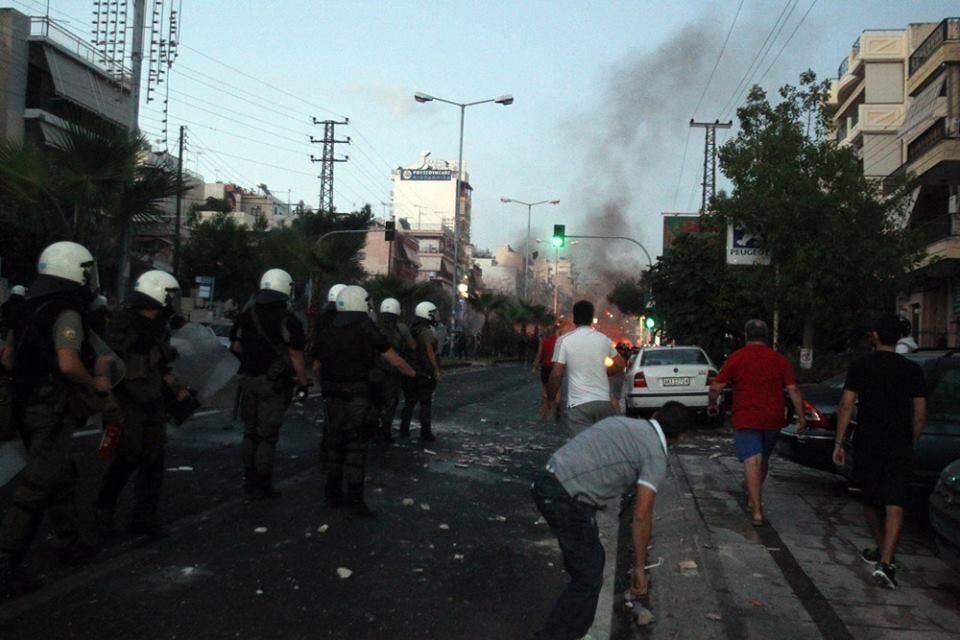 "Integrantes del partido fascista griego: ""Amanecer Dorado"" asesinan a un conocido rapero antifascista en Atenas. BUeM2hRCcAAjgou"