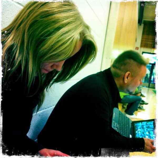 Kiltakoululoppuseminaarissa peräpenkissä lataamassa laitteita yhdessä @PetriKarisma & @KrisseKemi #kiltatapahtumat http://twitter.com/PauliinaMakela/status/380588157843959808/photo/1