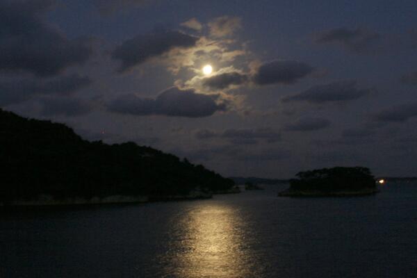 伊達政宗公がこよなく愛した日本三景松島の今宵の月です 中秋の名月の夜に政宗公は松島で「青い海の広々とした気に包まれ思い見る月の清き光に興味が尽きずにいると夜明けの鐘がなってしまった」というような内容の詩を亡くなる前年に詠まれたそうです
