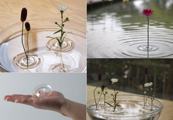 波紋のようなかたちをした、小さな花を水に浮かべるための一輪挿し。シンプルで素敵です。(oodesign via http://www.oodesign.jp/vase_ri.html)