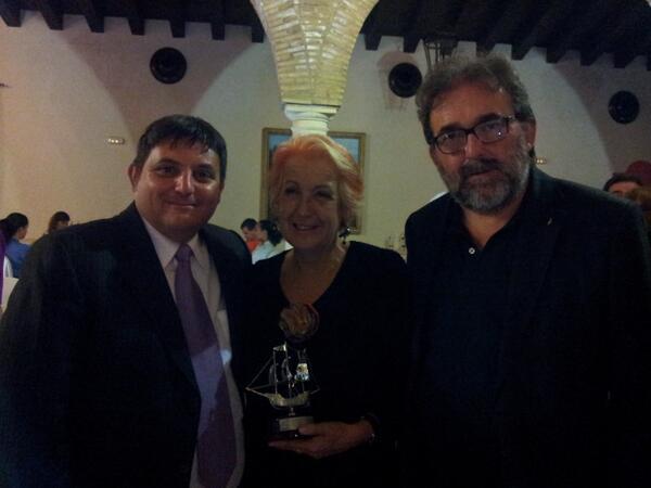 Con Rosa Maria Calaf, merecedisimo premio arroba de @apda, y con @antoniomanfredi presidente de @apda #apdacongreso http://twitter.com/manuelfurio/status/380828427588083712/photo/1