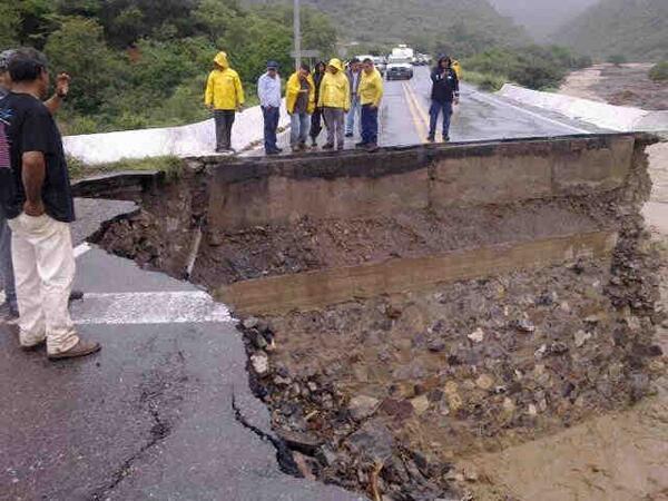 Revisan técnicos de @Telmex zona donde inundaciones y deslaves afectaron fibra óptica en Guerrero http://twitter.com/RenatoFloresC/status/380834583215755264/photo/1
