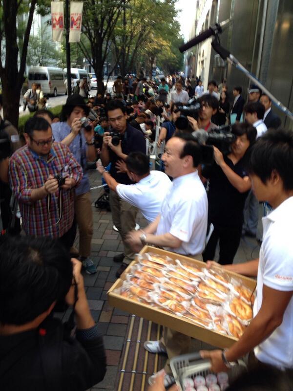 社長がパン配ってます!