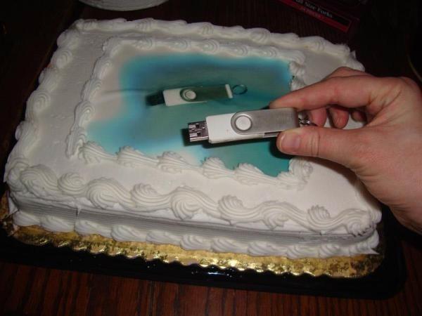 ケーキ屋さんにケーキの上にどんな画像が欲しいと聞かれて、画像をUSBメモリーで保存して送ったが、結局こんなものになった…