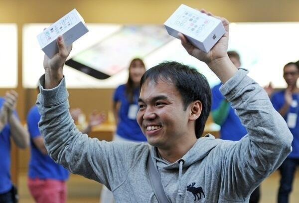 1st in line at Sydney's Apple Store, Jim, walks out with 2 #iPhone5S. Buy an iPhone and you're famous world wide. http://twitter.com/buyingiphones/status/381002347477876736/photo/1