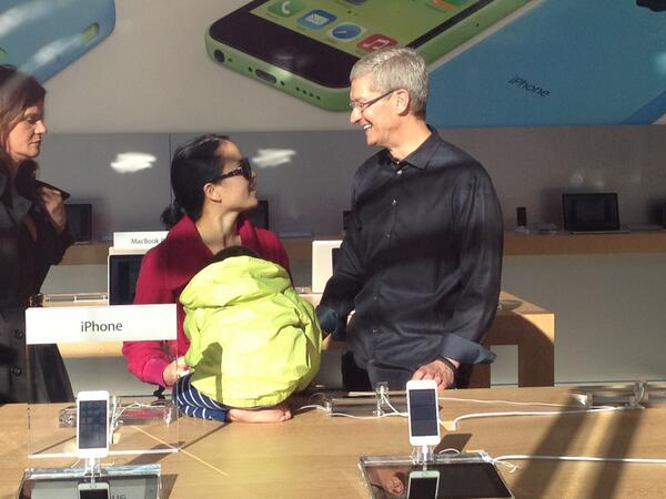Apple CEO Tim Cook meets a young iPhone buyer at the company's newly redesigned store in the Stanford shopping mall. http://twitter.com/techledes/status/381103932270845952/photo/1