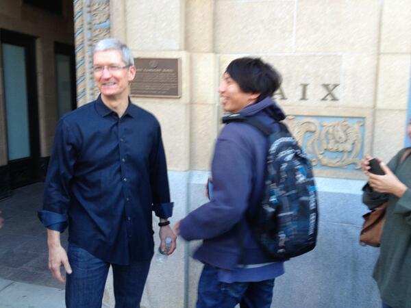 BUnQAqjCMAAX39Z Insolite : Tim Cook à la rencontre des acheteurs lors de la sortie des iPhones