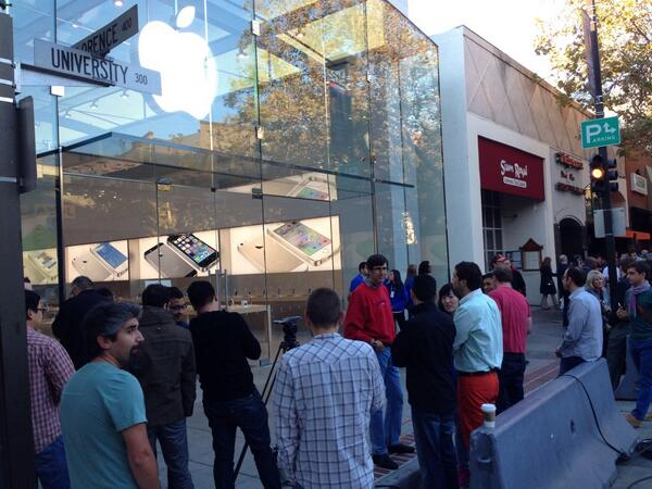 There's more than enough crowd here @PaloAlto_CA Tim Cook is also in attendance #iPhone5S #Apple http://twitter.com/fredesse/status/381065572147949568/photo/1