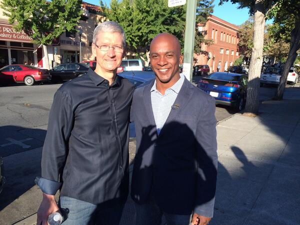 Chased down Tim Cook @CNBC http://twitter.com/jonfortt/status/381078223359995904/photo/1