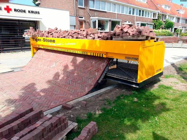 レンガを敷くこの機械が単純にすごい。