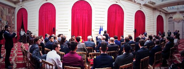 [Pic] #lhforum Ça y est. La discussion est lancée entre @jattali et @fhollande. http://twitter.com/NicolasLoubet/status/381345353762476032/photo/1
