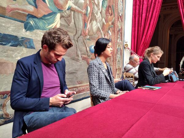 [Pic] #lhforum La petite équipe de (micro)blogueurs est lancée (sous les ordres de @KlarAgora). http://twitter.com/NicolasLoubet/status/381345851278258176/photo/1