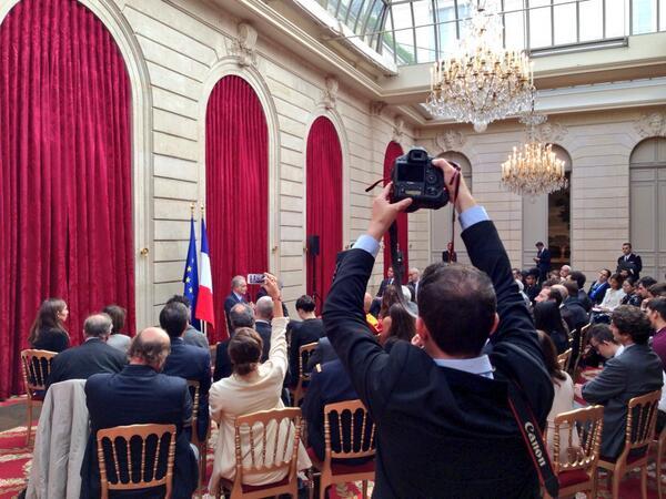 """[Pic] #lhforum Les flashs crépitent.  @jattali décrit - en synthèse - les caractéristiques de """"l'économie positive"""". http://twitter.com/NicolasLoubet/status/381346233282875392/photo/1"""