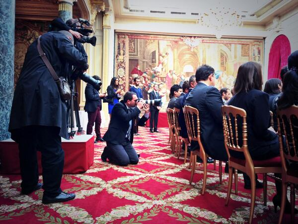 [Pic] #lhforum Disons le, il y a un photographe pour 10 personnes. Ce qu'il manque : un joli photowall @sharypic ! http://twitter.com/NicolasLoubet/status/381348058060967936/photo/1