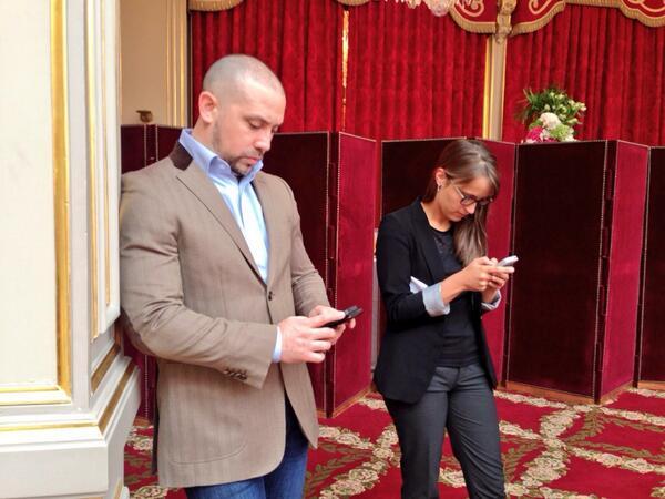 [Pic] #lhforum Entre deux photographes, on trouve des mobiles. @fhollande - pendant ce temps là - chante l'histoire. http://twitter.com/NicolasLoubet/status/381349408027058176/photo/1