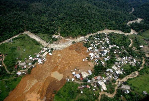 LAMENTABLE LO QUE ESTA PASANDO EN EL ESTADO DE GUERRERO EN MEXICO YA SE HAN COBRADO MUCHAS VIctimas las inundaciones http://twitter.com/MARYProudCUle/status/381416715692699648/photo/1