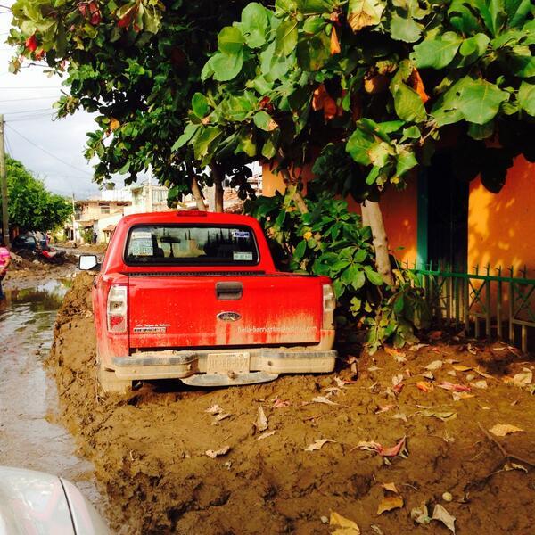 San Jerónimo está viviendo entre el lodo! y tú dónde estás @AngelAguirreGro ???!#GuerreroNoSoloEsAcapulco http://twitter.com/kendy90/status/381555140282425344/photo/1