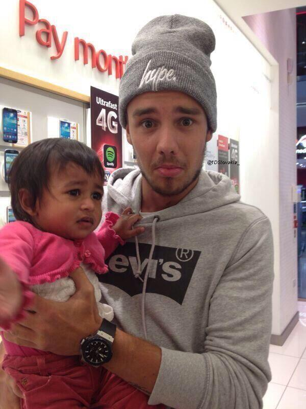 liam's faCE WITH THE BABY OMG YOU CUTIE http://t.co/cCeQwNiTDj