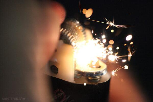 ① ライターが着火する瞬間。はぜる火の粉がキレイ pic.twitter.com/pBrRnwryYD