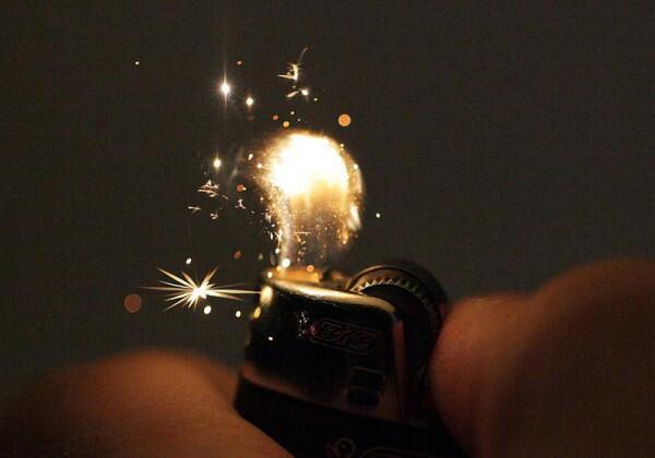 ② ライターが着火する瞬間。はぜる火の粉がキレイ pic.twitter.com/fmVs2V3KGA