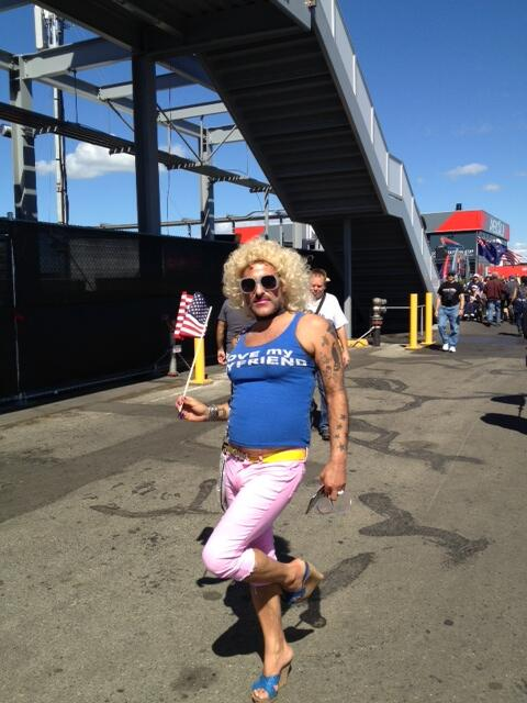 Quick spin around #AmericasCup Park, much more crowded than yesterday. And of course requisite SF drag queen fan: http://twitter.com/dougrobson/status/382945454196944896/photo/1