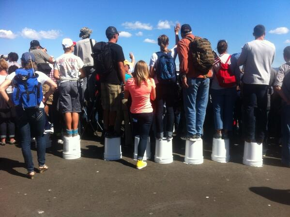 Buckets and boats photo #AmericasCup fans gather at finish line http://twitter.com/justinberton/status/382945038453313536/photo/1