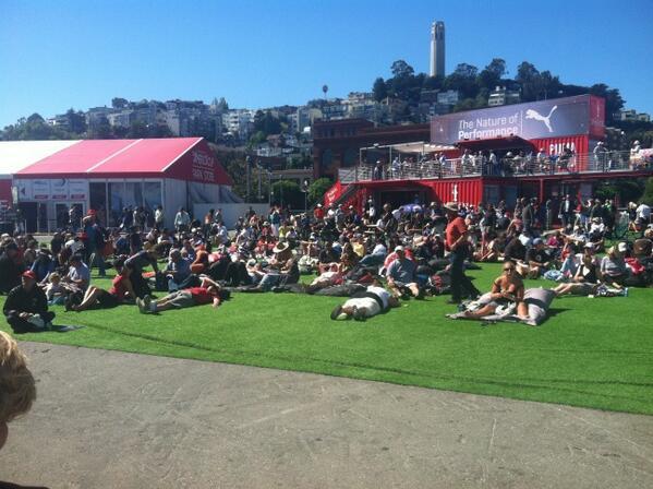 So langsam finden sich die Leute vor den Screens ein #americascup http://twitter.com/andreas_clever/status/382946691910873088/photo/1