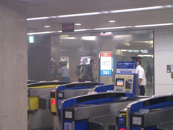 阪神梅田駅のボヤが、どんどんひどくなってきた煙が充満してきて、黒くなってきてる…(*_*)中央改札口は閉鎖された