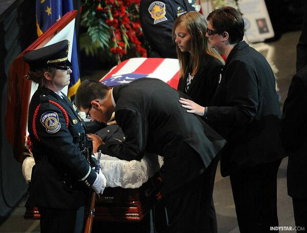 It's an emotional day in Indy. Officer Rod Bradway's son kisses him goodbye. indy.st/1eJRHRO http://twitter.com/indystar/status/383250893962883072/photo/1