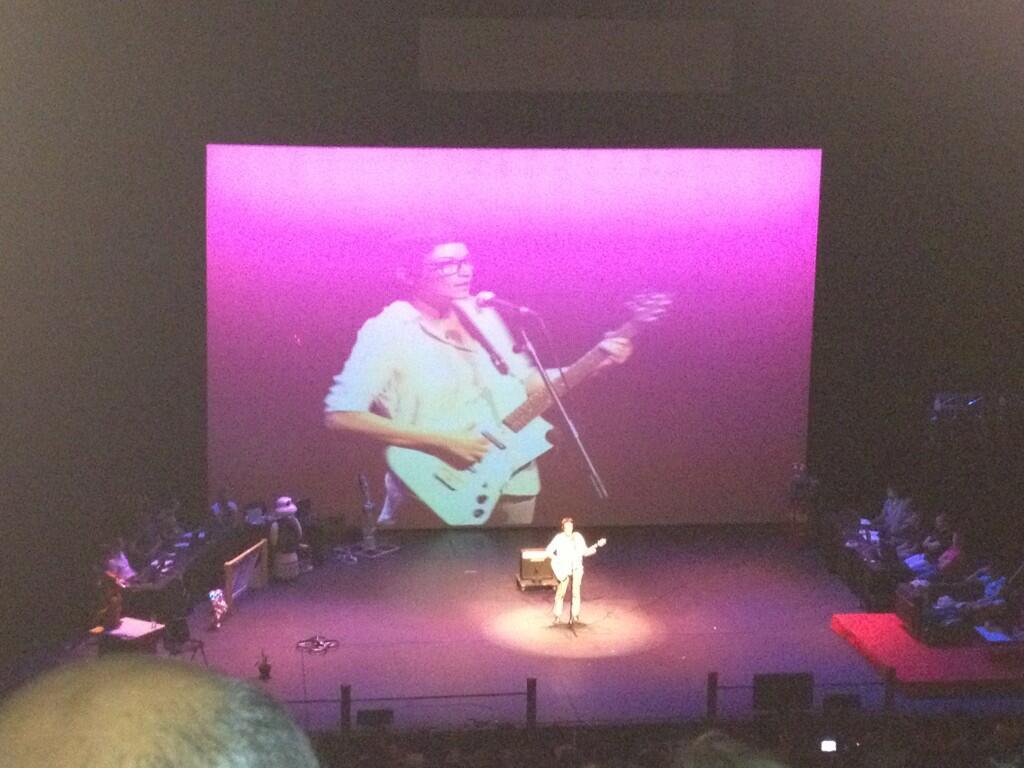 Cris Blanco canta la canción de Spirit en la Noche de los investigadores de la Carlos III