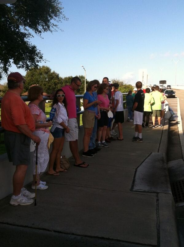 People starting to line up along the Vero bridge for Hands across #indianriverlagoon http://twitter.com/TCPalmCheryl/status/383939346622992384/photo/1