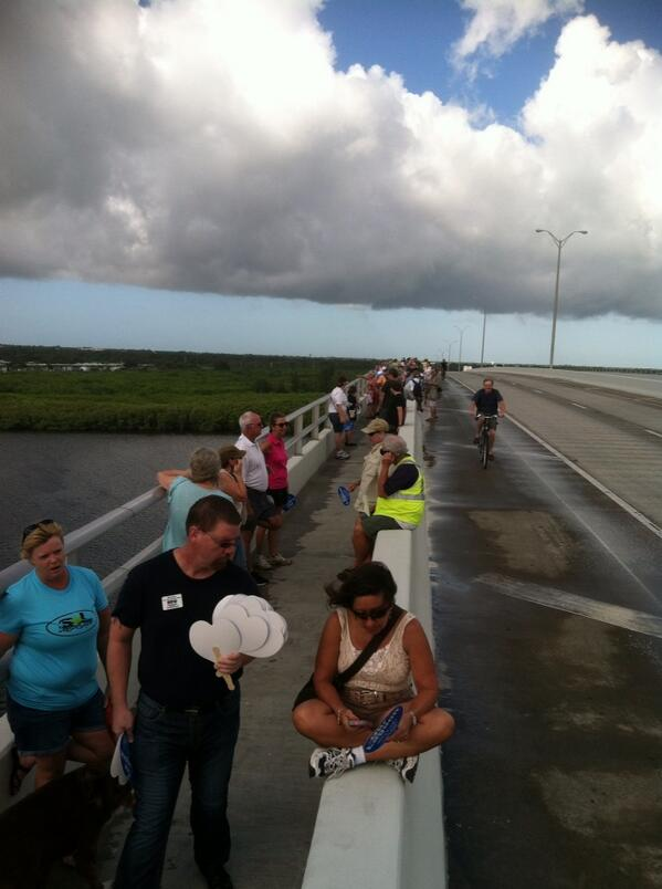 Vero Hands across #indianriverlagoon crowd socializing in pockets but not forming chain yet http://twitter.com/TCPalmCheryl/status/383947547925942272/photo/1