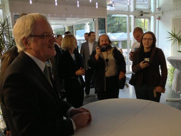 Der @fz_juelich-Chef Bachem begrüßt die #ScienceTweetup-TeilnehmerInnen (hk) http://twitter.com/ScienceTweetup/status/384226364364451840/photo/1