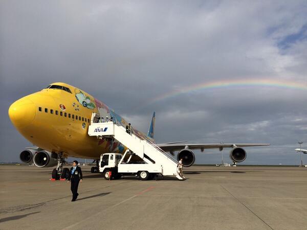 お客様降機後のポケモンジャンボの後ろに虹が。ラストフライトを祝福しています!感動的です。