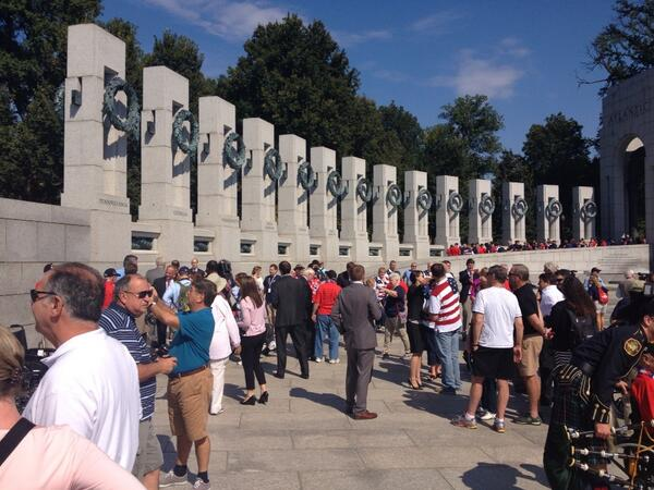 Mississippi congressman moves gate and lets 92 WW2 vets see their monument. http://twitter.com/tomsherwood/status/385071064369225728/photo/1