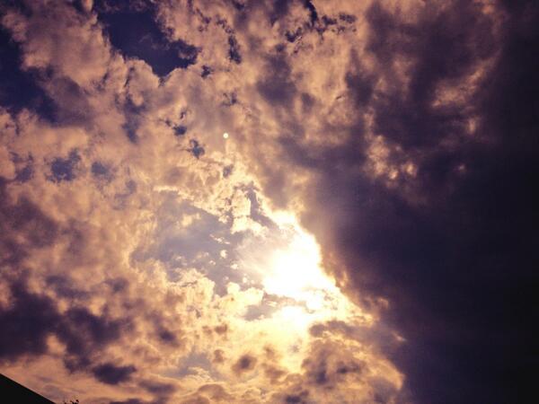 激しい空まもなく夕陽に変わる