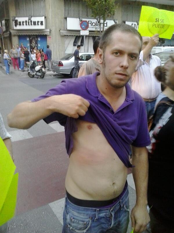 Le pegaron a las familias y tiraron botes de humo para desalojar la puerta.Siguen 10 personas dentro.Desalojo #Malaga http://twitter.com/NicoSguiglia/status/385663669637775360/photo/1