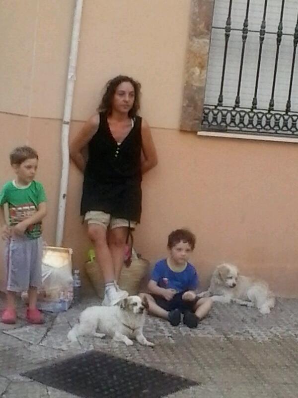 Esta es la imagen e las familias d #CorralaBuenaventura tras el desalojo.No es casual,son las políticas del @PPMalaga http://twitter.com/NicoSguiglia/status/385698096380125184/photo/1