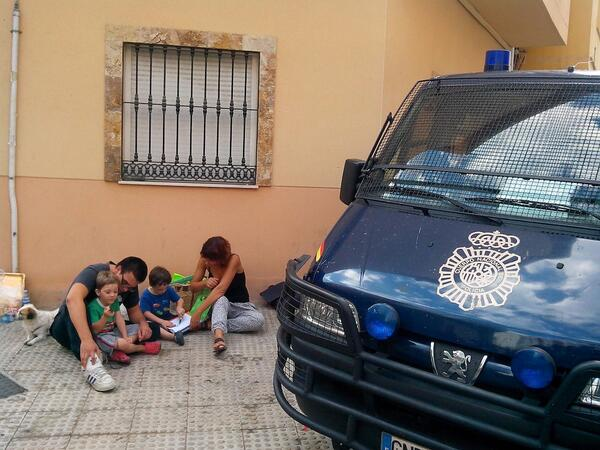 Estas son las consecuencias del desalojo de la #CorralaBuenaventura Familias desahuciadas 2 veces v/@opiniondemalaga http://twitter.com/opiniondemalaga/status/385704992197201920/photo/1
