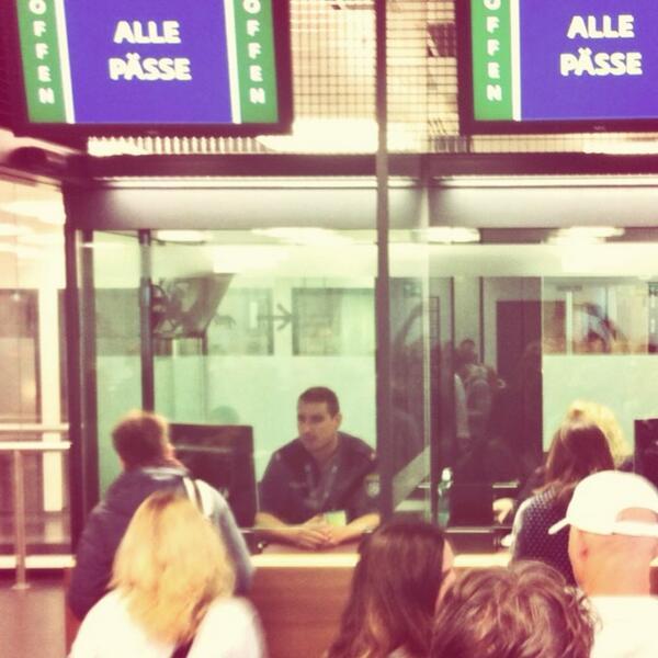 Crossing borders MIT Reisepass, teil1: österreichischer Grenzschutz, #lviv13 http://twitter.com/hanytsch/status/385715131419983872/photo/1