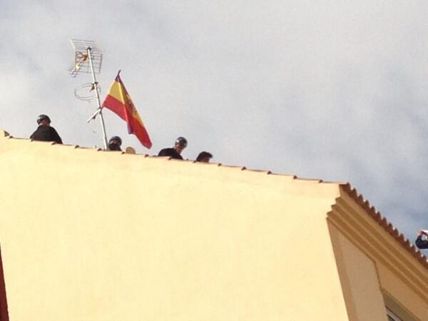 Tras mas de 3 hs en el tejado,la policía baja y detiene a los 3 compañeros.Concluye el desalojo #CorralaBuenaventura http://twitter.com/NicoSguiglia/status/385715749601689600/photo/1