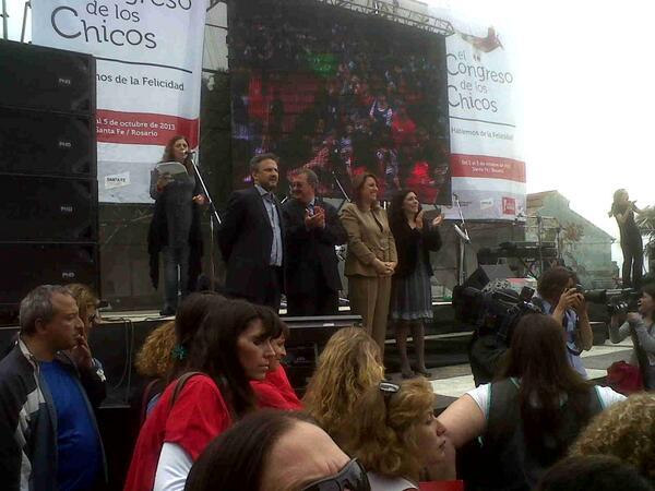 Apertura del #CongresoDeLosChicos en #Rosario. Niños y niñas de la provincia se congregan para hablar de felicidad http://twitter.com/MuniRosario/status/385798441504210944/photo/1