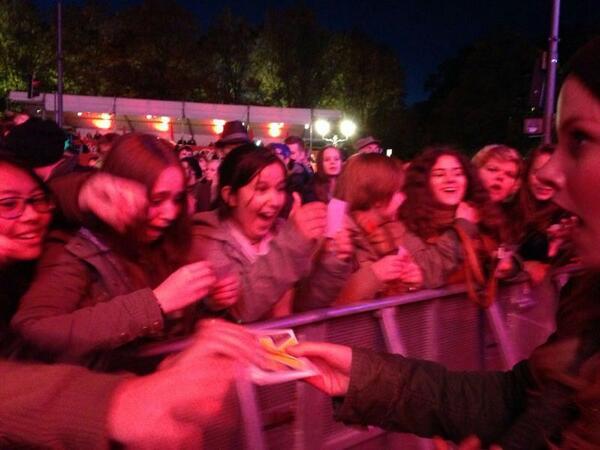 Erste Reihe beim Backstage bei Coke Festival of Happiness. #joizkaraoke #joizde #cokefestival #coke http://twitter.com/joizde/status/385834089665658880/photo/1