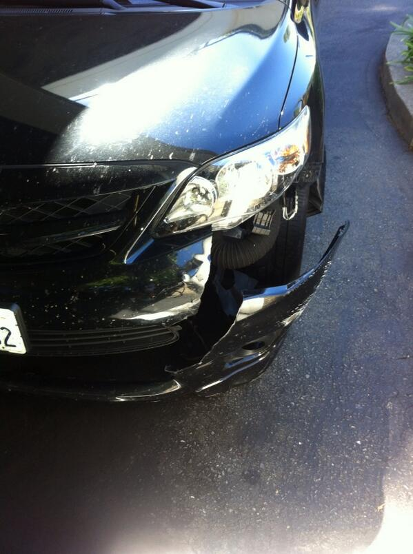 Just got hit by a car on my bike. This is what the car looks like. Me and my bike stayed upright. Amazing http://t.co/dLd3uZpoyG
