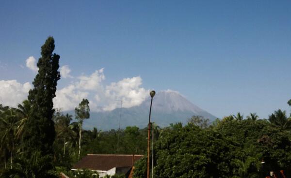 Nampak Gunung Semeru dari kejauhan