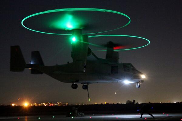 カリフォルニアで夜間訓練をおこなう新型輸送機オスプレイ