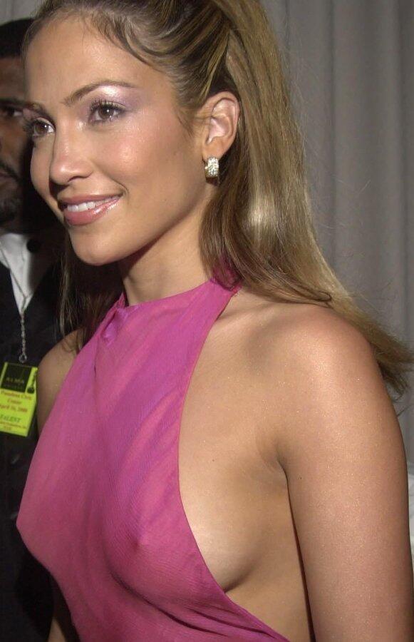 У актрис из платья видно грудь